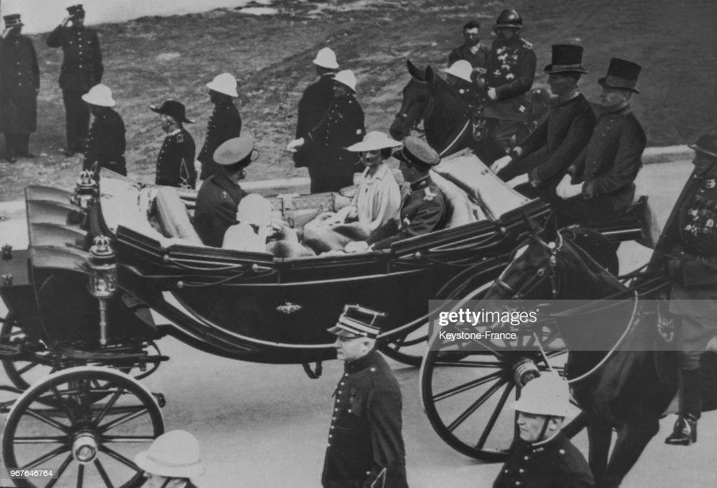 La famille royale se rendant à l'inauguration, traverse en carrosse le parc de l'Exposition, à Bruxelles, Belgique le 27 avril 1935.