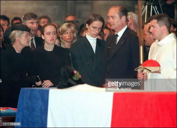 La femme du Commandant Cousteau, Francine, leurs deux enfants Diane et Pierre-Yves, et le président Jacques Chirac se recueillent, le 30 juin, devant...