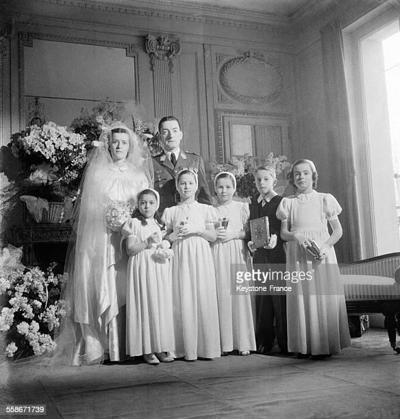 La fille du Général de Gaulle Elisabeth de Gaulle son mari le général de Boissieu et les demoiselles d'honneur à Paris France le 2 janvier 1946