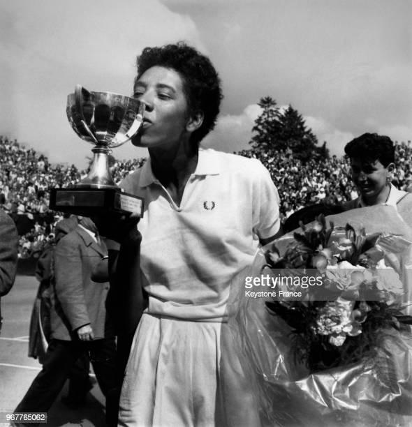 La finaliste Althea Gibson embrassant sa coupe au stade RolandGarros à Paris France le 26 mai 1956