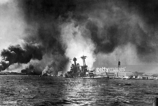La flotte américaine de Pearl Harbor est en flammes, le 07 décembre 1941, après le bombardement massif de la base navale américaine à Hawaï par 360...