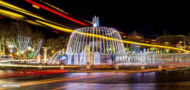 La fontaine de la Rotonde monument emblématique de la ville conçu par l'architecte Théophile de Tournadre en 1860 illuminée pendant la periode des...