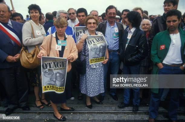 La foule attendant l'arrivée de PierreAndré Albertini exprisonnier en Afrique du Sud pour avoir aidé l'ANC le 8 septembre 1987 à Evreux France