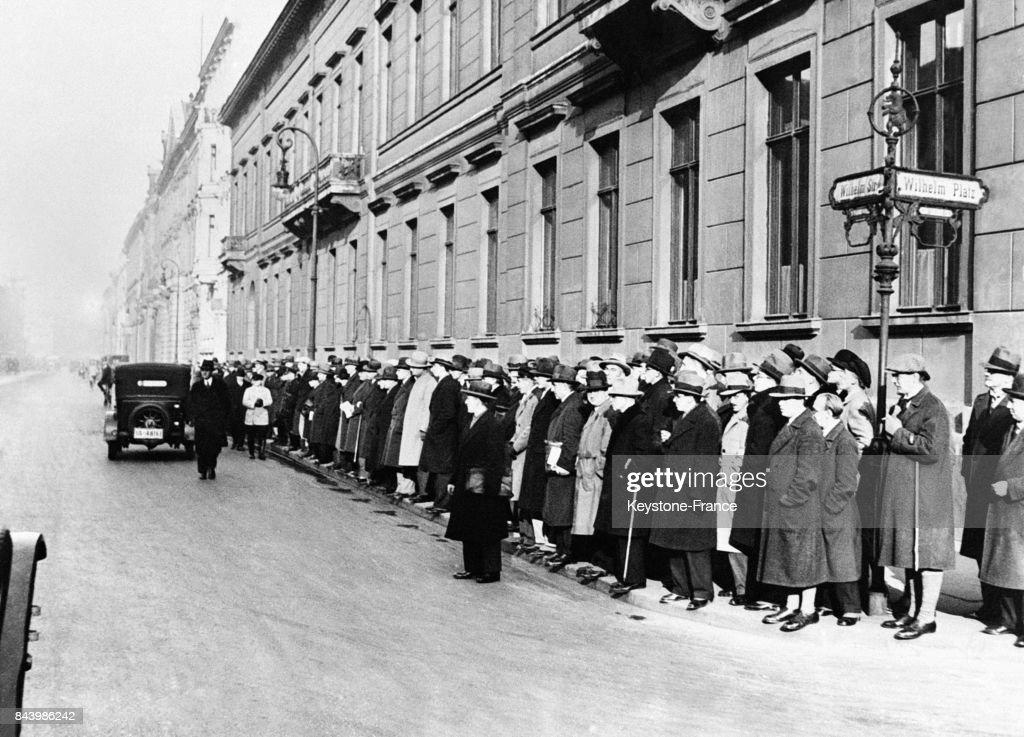 Foule attendant devant le domicile du président Hindenburg : Nachrichtenfoto