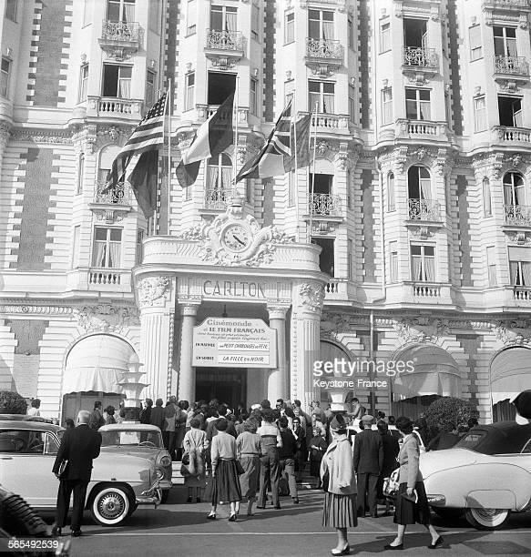 La foule attendant les vedettes à l'hôtel Carlton pendant le Festival international du film à Cannes France en 1956