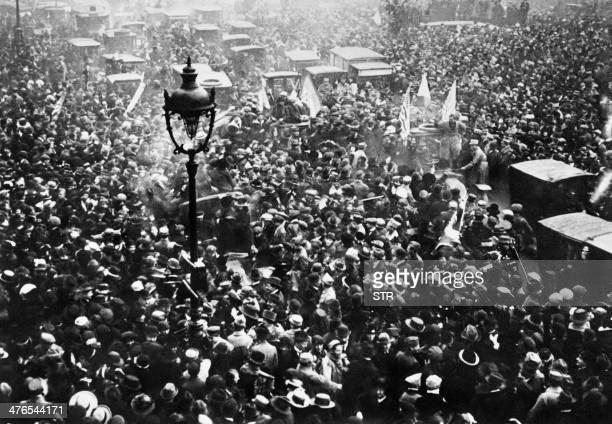 La foule des parisiens manifeste sa joie sur les Grands Boulevards à Paris le 11 Novembre 1918 à l'annonce de la signature de l'armistice entre...