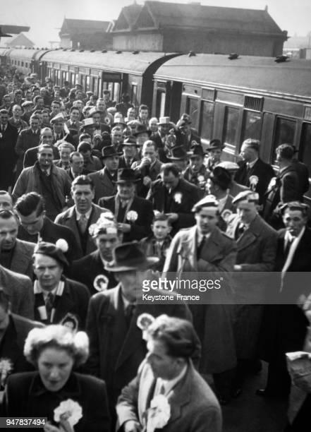 La foule des supporters descend du train pour se rendre au stade et encourager son équipe de football favorite au RoyaumeUni