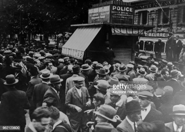 La foule devant le kiosque place de la Bourse où l'assassin du roi Alexandre 1er de Yougoslavie a été enfermé à Marseille France le 9 octobre 1934
