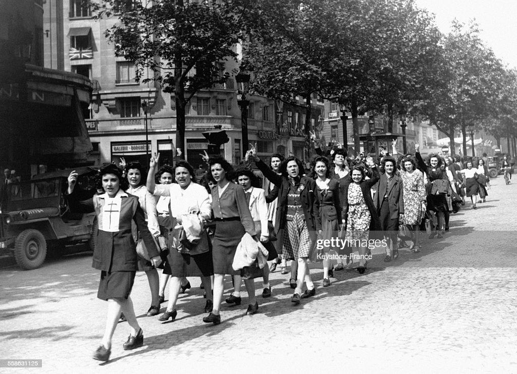 La foule en liesse fêtant l armistice le 8 mai 1945 à Paris, France ... 814d4180e537