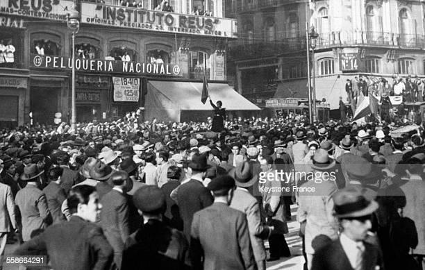 La foule innombrable devant le Palais des Communications à Madrid Espagne le 16 avril 1931