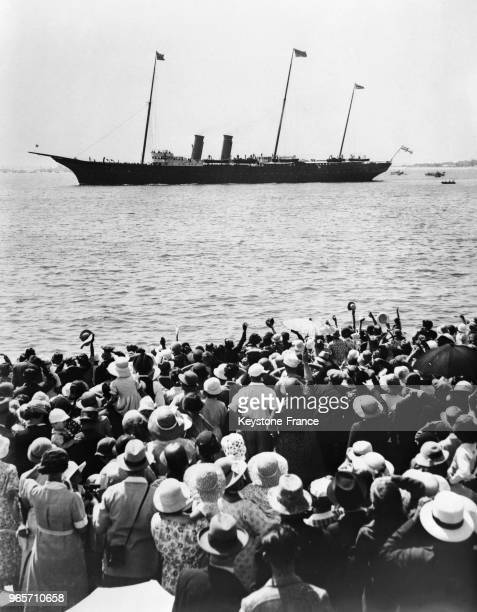 La foule massée sur la plage de South-Sea acclame le yacht royal à son passage, au Royaume-Uni le 17 juillet 1935.