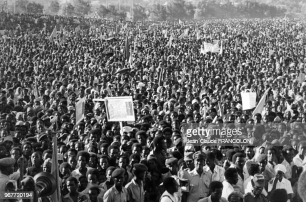 La foule s'est rassemblée devant le monument de la Liberté pour manifester son soutien au président somalien Syad Barre le 13 février 1978 à...