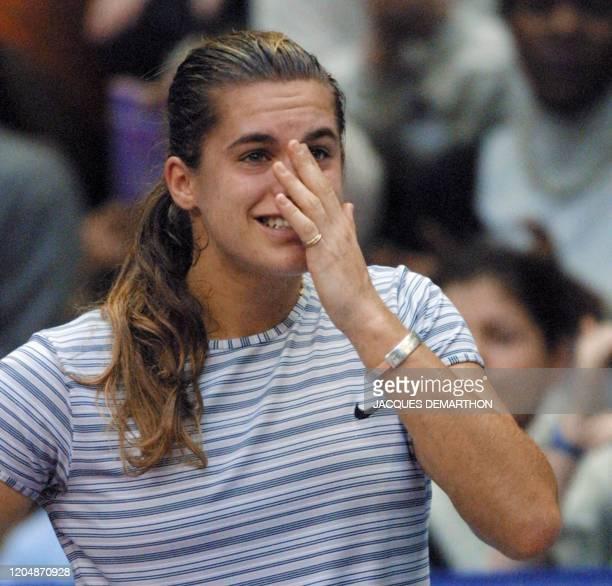 la Française Amélie Mauresmo exprime son émotion après sa victoire sur l'Allemande Anke Huber le 11 février 2001 au stade Pierre de Coubertin à Paris...