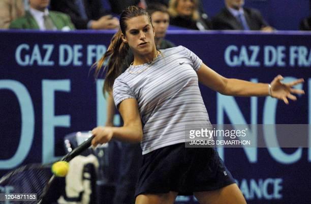 La Française Amélie Mauresmo renvoie une balle de la Russe Tatiana Panova le 07 février 2001 au stade Pierre de Coubertin à Paris lors du deuxième...