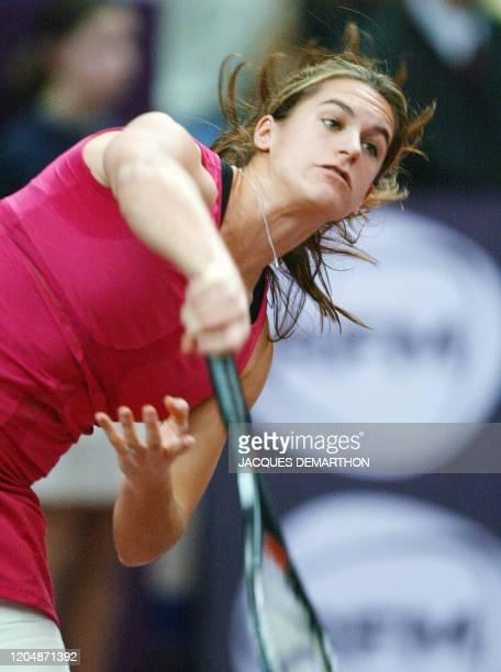 la Française Amélie Mauresmo sert contre son adversaire la Russe Elena Dementieva le 08 février 2003 au stade Pierre de Coubertin à Paris lors de la...