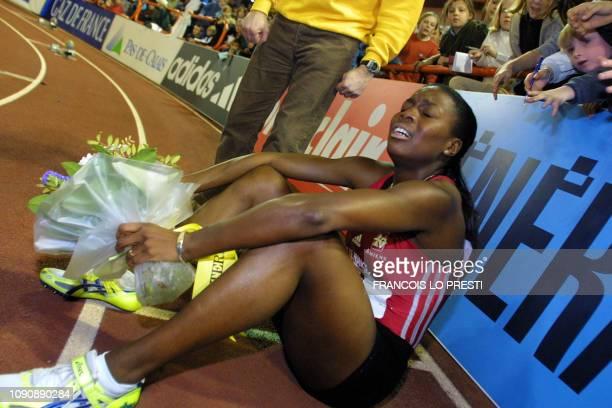 la Française Dia Fabe du club d'Amiens UC est assise par terre le 18 février 2001 à Liévin après avoir remporté la finale du 200m en salle en 23 sec...