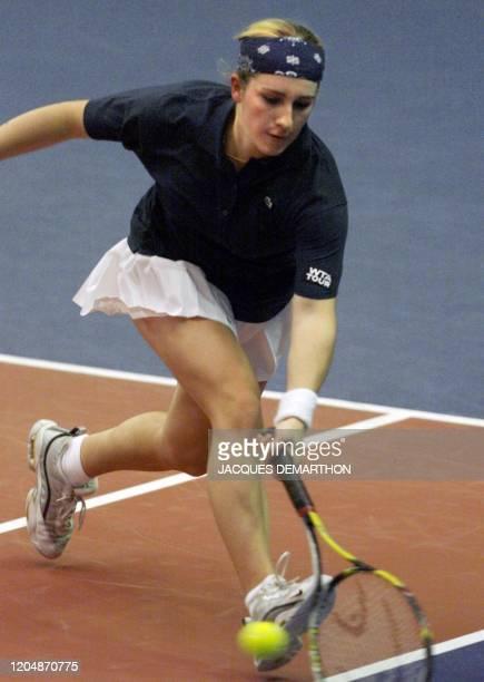 la Française Emilie Loit reprend une balle basse de la Slovaque Karina Habsudova le 24 février au stade Pierre de Coubertin à Paris lors des 8èmes de...