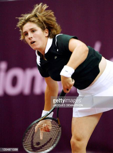 la Française Emilie Loit sert sur sa compatriote Virginie Razzano le 05 février 2003 au stade Pierre de Coubertin à Paris dans le premier tour du...