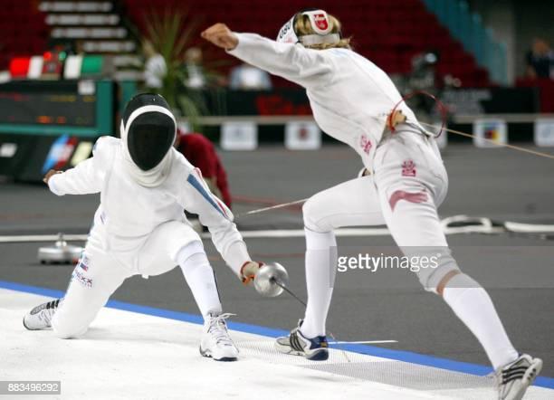 la Française Laura Flessel touche au pied la Polonaise Magdalena Kumiet le 18 août 2002 à Lisbonne dans le 16e de finale de l'épée dames au deuxième...