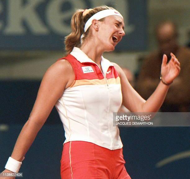 la Française Mary Pierce réagit après avoir perdu un point contre la Néerlandaise Brenda SchultzMcCarthy le 05 octobre à 'sHertogenbosch lors du...