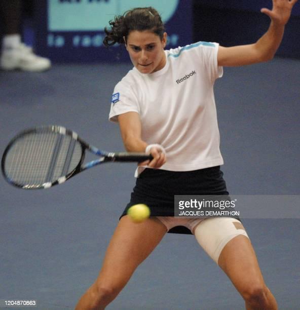 la Française Nathalie Dechy arme son coup droit face à la Croate Silvija Talaja le 07 février 2001 au stade Pierre de Coubertin à Paris lors du...