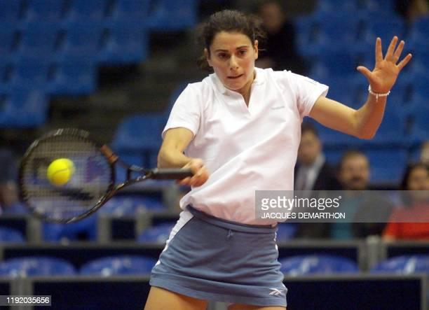 la Française Nathalie Dechy renvoie en coup droit sur l'Australienne Nicole Pratt le 28 avril 2000 à Moscou lors du premier simple de la rencontre...