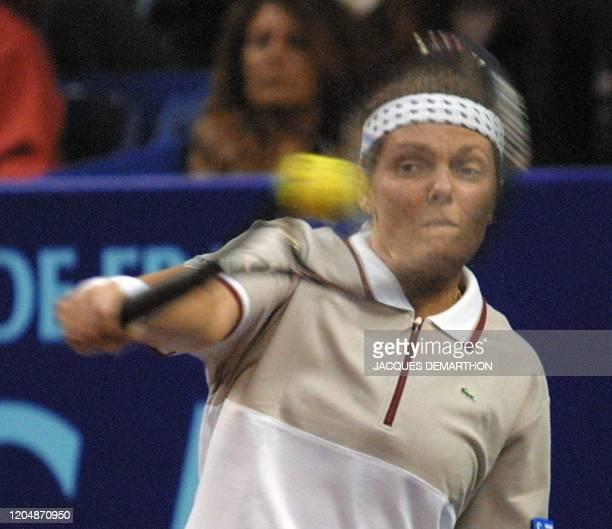 la Française Nathalie Tauziat renvoie une balle de sa compatriote Amélie Mauresmo le 10 février 2001 au stade Pierre de Coubertin à Paris lors de la...