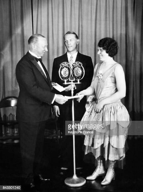 La gagnante du concours de chant radiophonique reçoit des mains du président du 'Atwater Kent Foundation' son prix dans les studios de la NBC à New...
