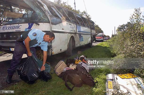 Des gendarmes rassemblent des effets personnels du car scolaire accidente le 22 septembre 2006 a La Garnache lors d'une collision avec une voiture On...