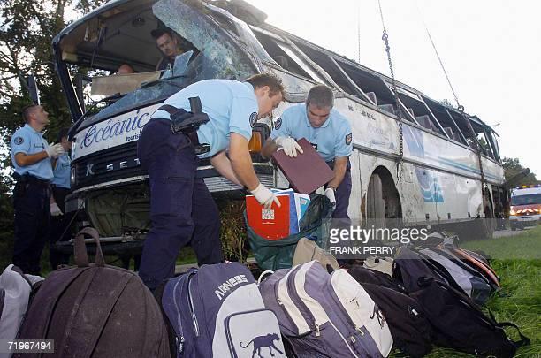 Des gendarmes rassemblent les affaires des enfants passagers du car scolaire qui a ete accidente le 22 septembre 2006 a La Garnache lors d'une...