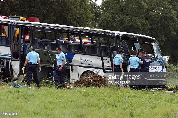 Des gendarmes relevent des indices dans le car scolaire accidente le 22 septembre 2006 a La Garnache lors d'une collision avec une voiture On compte...