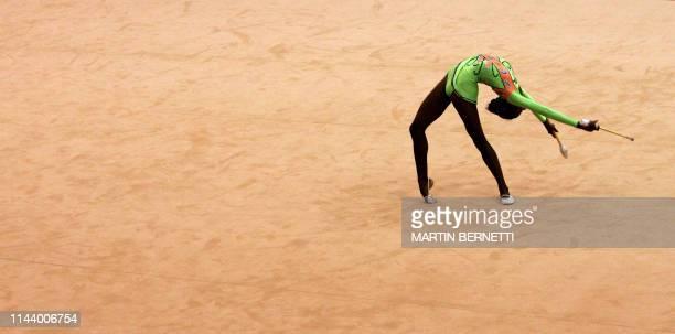 La gimnasta de Venezuela Andreina Acevedo realiza su rutina en la modalidad Maza en gimnasia ritmica en Cartagena Colombia el 22 de julio de 2006...