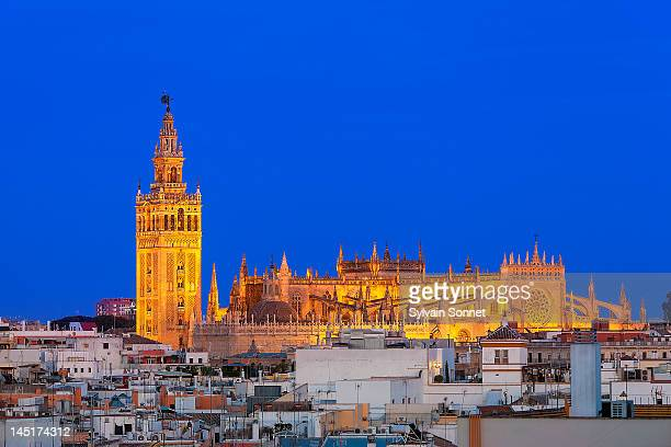la giralda, seville cathedral at dusk - la giralda fotografías e imágenes de stock