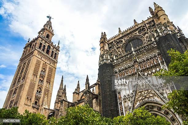 la giralda & catedral de sevilla fachada del hotel - la giralda fotografías e imágenes de stock