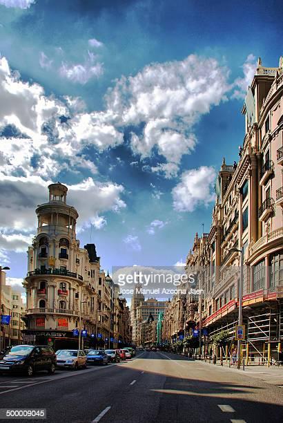 CONTENT] La Gran Vía es una de las principales calles de Madrid Comienza en la calle de Alcalá y termina en la Plaza de España Es un importante hito...