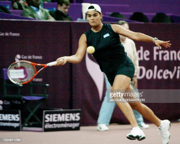 la Grecque Eleni Daniilidou reprend un service de l'Américaine Alexandra Stevenson le 04 février 2003 au stade Pierre de Coubertin à Paris dans le...