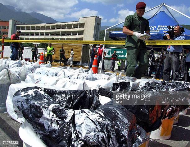 Un miembro de la unidad antidrogas de la militarizada Guardia Nacional inspecciona paquetes de droga ilicita despues de ser localizada en la aduana...
