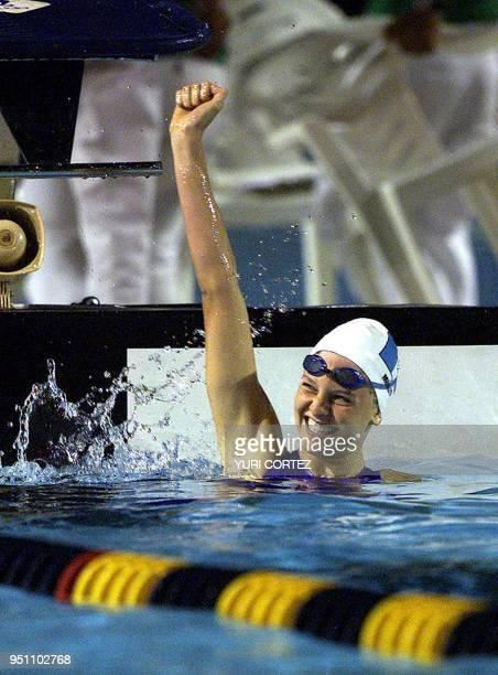 La guatemalteca Gisella Morales celebra luego de ganar la medalla de oro 29 de noviembre de 2002 en la prueba de los 200 metros dorso de los XIX...