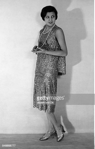 La Jana Actress Dancer Austria / Germany * nee Henriette Margarethe Hiebel fullfigure portrait in an evening dress in Charlestonstyle 1928...