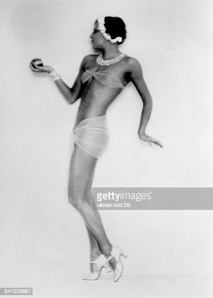 La Jana*dancer actress Germany / Austriaposing with the apple of Aphrodite date unknown probably 1928photo by Atelier Badekow