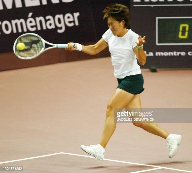 la Japonaise Ai Sugiyama effectue un coup droit face à la Française Nathalie Dechy le 4 février 2003 au stade Pierre de Coubertin à Paris dans le...