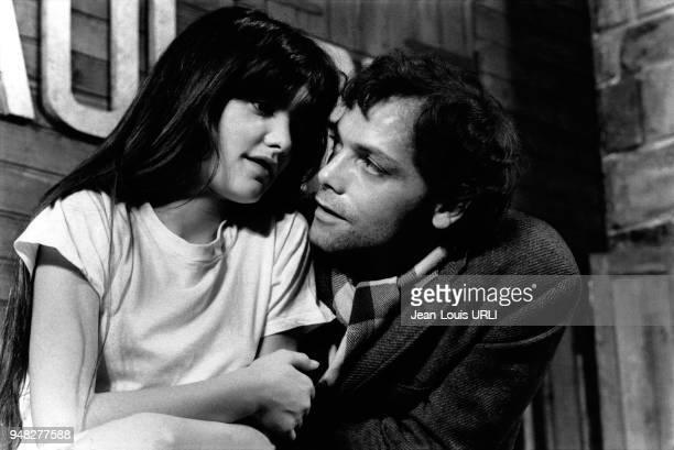 La jeune actrice Ariel Besse et Patrick Dewaere sur le tournage du film 'BeauPere' de Bertrand Blier en 1981 à Paris France