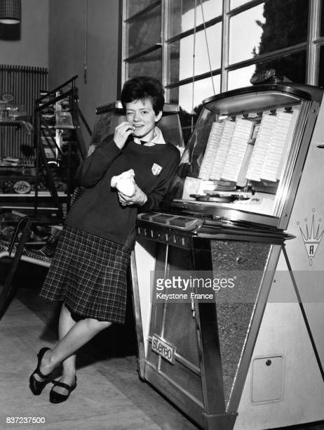 La jeune chanteuse Rita Pavone photographiée à côté d'un jukebox à Rome Italie en février 1963