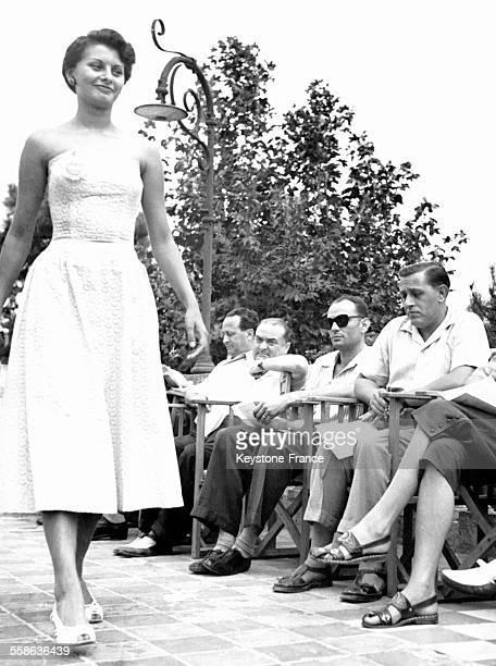 La jeune Sophia Loren, qui s'appelait alors Sofia Scicolone, défilant pour être admise à la finale de 'Miss Italie', à Cervia, Italie, en août 1950.