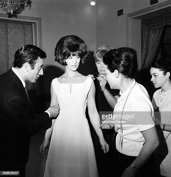 La jeune vedette de la chanson Sheila tres souriante chez le couturier Guy Laroche pour son premier essayage de la robe avec laquelle elle ouvrira le...