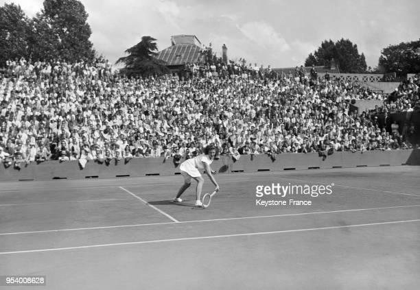La joueuse de tennis américaine Pauline Betz pendant la finale du tournoi de RolandGarros à Paris France en 1946