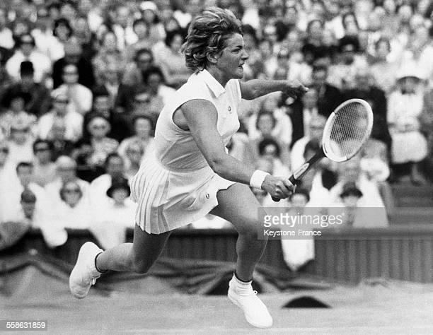 La joueuse de tennis australienne Margaret Smith jouant le match qui lui permet de remporter le tournoi de Wimbledon le 4 août 1965 à Wimbledon...