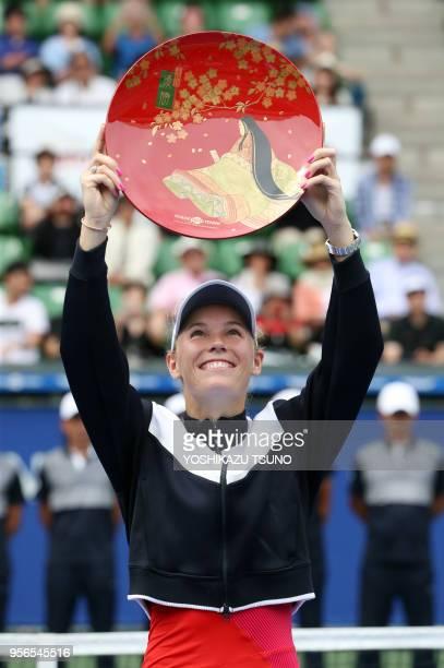 La joueuse de tennis danoise Caroline Wozniacki soulevant son trophée après sa victoire en finale du tournoi du Toray Pan Pacific Open le 24...