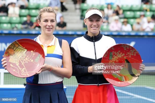 La joueuse de tennis danoise Caroline Wozniacki soulevant son trophée après sa victoire en finale et la joueuse de tennis russe Anastasia...