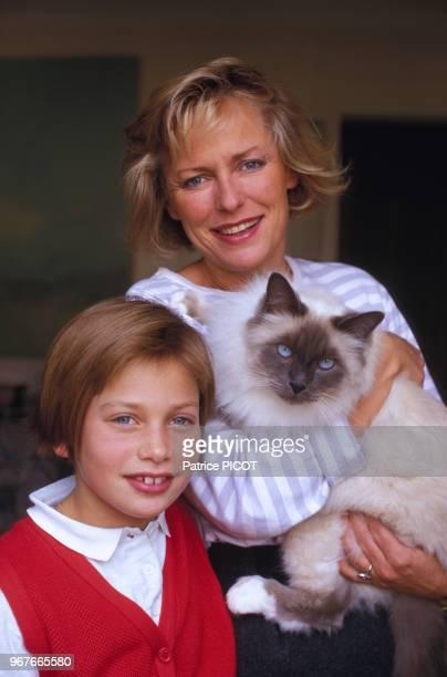 La journaliste française Jacqueline Alexandre chez elle avec sa fille le 13 novembre 1986, Paris, France.
